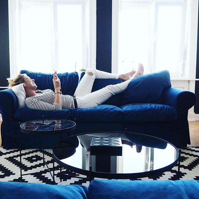 Ein kleines Interview zu mir,Hamburg,was eine Wohnung zu einem Zuhause macht und meinem Sofa ist jetzt auf dem Blog von @comfortworks zu finden!Link zum Beitrag in meinem Profil oben ️Ich bin ja nach wie vor begeistert vom Blauen Velvet Sofaüberzug  Dabei hatte ich auch etwas Angst,ob es nicht alles etwas zu plüschig wirkt