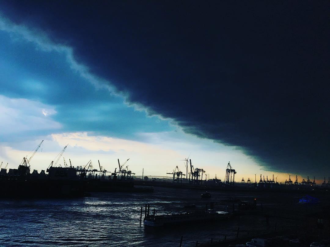 #dieWeltgehtunter Sommerunwetter ⛈ #Hamburg #fischmarkt #mood #wearehamburg #hamburgcity #hamburgahoi #heuteinhamburg