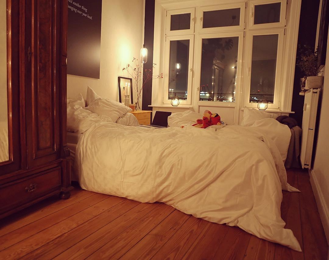 Da  würde ich mich jetzt gerne einkuscheln - meinetwegen mit oder ohne #TiggaWärmflasche aber stattdessen sitze ich am Airport fest  #Flugverspätung Wie auch immer, wenigstens geht überhaupt noch ein Flieger, nicht wie beim letzten Mal - komplette Cancelung  Lasse mir jetzt nicht die Stimmung der letzten Tage dadurch vermiesen ❤️Macht es euch daheim oder wo auch immer gemütlich  #Airportlife #not #beammehome #hamburg #zuhause #wohnen #schlafzimmer #bedroom #bedroomdecor #bedroomset #bedroomdesign #bedroominspo #interieur #solebich #roomwithaview