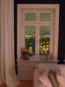 Fenster links am Abend