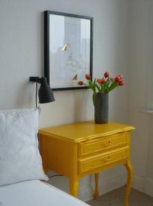 Nachttisch gelb diy