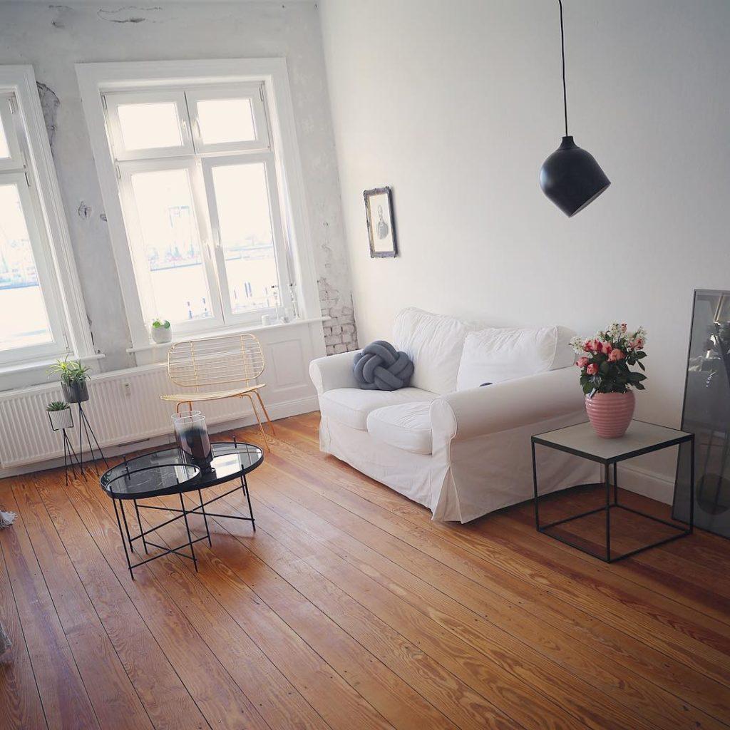 Mooooorgen In Hamburg scheint sogar die Sonne Ich bin gedanklich mit meinem #küchenprojekt2017 am Wochenende doch einen entscheidenden Schritt weiter gekommen und werde heute wohl noch einmal bei #ikea antanzen. Ich hoffe meine Pläne sind halbwegs realistisch #wewillsee Guten Wochenstart #gutenmorgen #hamburg #wohnung #wohnen #wohnzimmer #dielen #dielenboden #germaninteriorbloggers #solebich #couch #sofa #interieur #interieurstyling #interieurdesign #interieur123 #finahem #bolia #pendantlamp #lampe #wohnideen #roomdecor #roomdesign