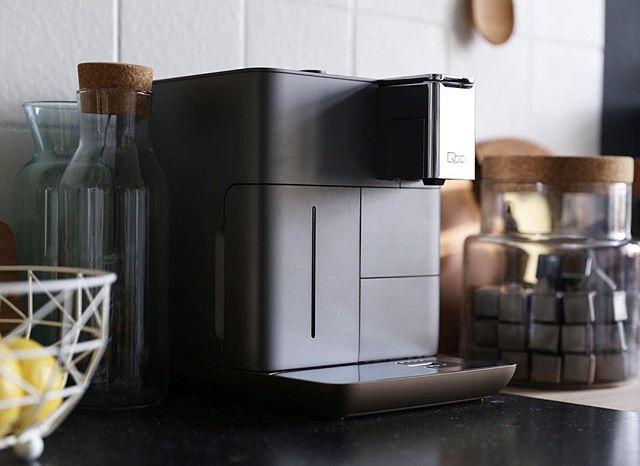 ️ Giveaway ️ Wer kann hier denn eine neue Kaffeemaschine gebrauchen und dazu noch eine so absolut stylische und digital vernetzte?  Gemeinsam mit @qbo.coffee verlose ich eine dieser prachtvollen Exemplare  Alles was ihr dafür tun müsst: 1️⃣Teilt dieses Foto auf eurem Account 2️⃣Taggt mich und @qbo.coffee 3️⃣Folgt @qbo.coffee bei Instagram 4️⃣Erzählt uns in eurem Post,welche Kaffeevariation ihr euch als Erstes mit der Qbo You-Rista Zuhause zubereiten würdet!Z.B. Cappuccino?Oder Caffè Latte?Oder eher der Espresso Typ? Der/die Gewinner(in) wird am Montag ermittelt  Have fun und good luck ☘️Es lohnt sich - ich liebe dieses Ding ️